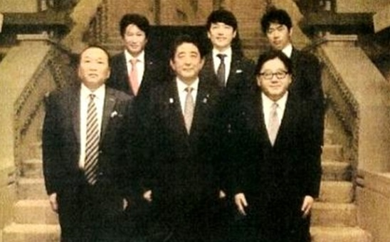 ■話題となった「組閣ごっこ」写真、後列左端がネクシィーズ近藤、隣がGMO熊谷