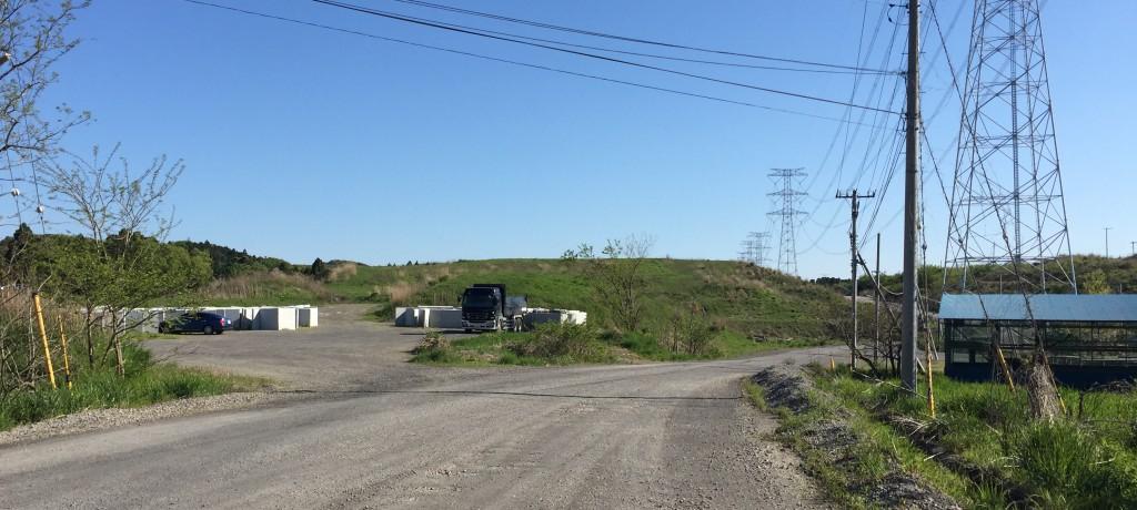 問題の残土処分場入り口付近、写真奥に広大な残土が積まれている